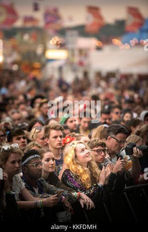George Esra Fans in der Menge auf der anderen Bühne in Glastonbury 2017 - Stockfoto
