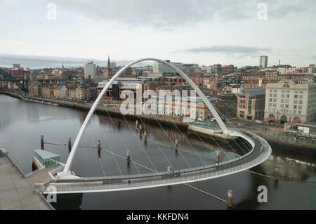 Mit Blick auf die Millennium Bridge, dass erstreckt sich zwischen den beiden Kais von Newcastle upon Tyne und Gateshead - Stockfoto