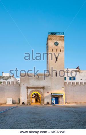 Marokko, Marrakesh-Safi (Marrakesh-Tensift-El Haouz) Region, Essaouira. Place d'Horloge, Uhrturm und Gebäude in - Stockfoto