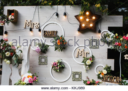 sch ne ungew hnliche hochzeit dekor landhausstil bank an der wand der blumen die laternen. Black Bedroom Furniture Sets. Home Design Ideas