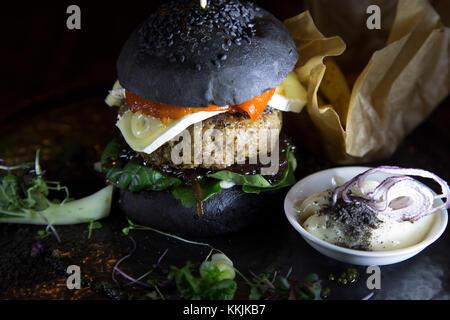 Lamm Burger mit in ein schwarzes Brot Brötchen am mute Restaurant serviert in Riga, Lettland. Die Burger verfügt - Stockfoto