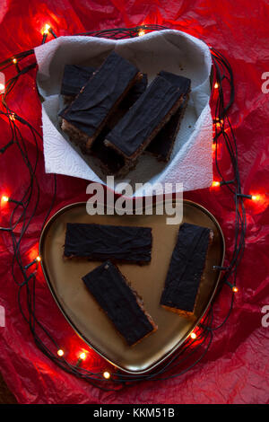 Schokolade Kuchen in Herzform mit Glühlampen - Stockfoto