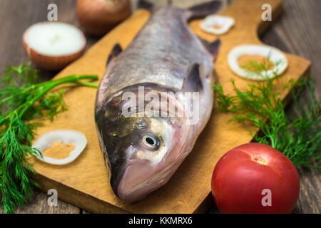 Frische Fische auf einem Holztisch - Stockfoto