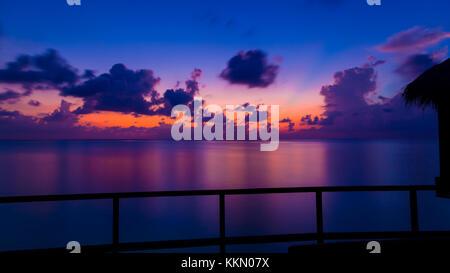 Wunderschöne Sonnenuntergang auf den Malediven. Schuss aus dem Deck der über Wasser Bungalow. - Stockfoto