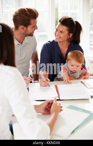 Familie mit Baby treffen Finanzberater zu Hause - Stockfoto