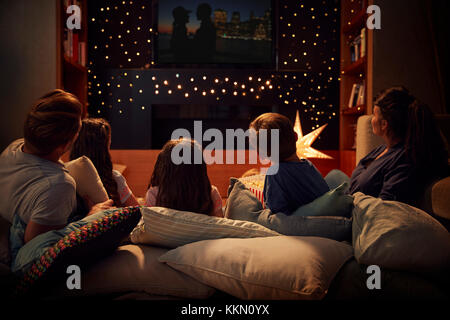Familie Kinoabend zu Hause zusammen