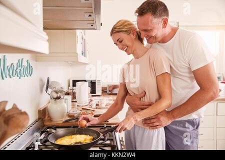 Herzlichen Reifes Paar bereiten das Frühstück in der Küche zusammen - Stockfoto