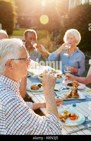 Gruppe von älteren Freunden genießen Outdoor Party zu Hause - Stockfoto