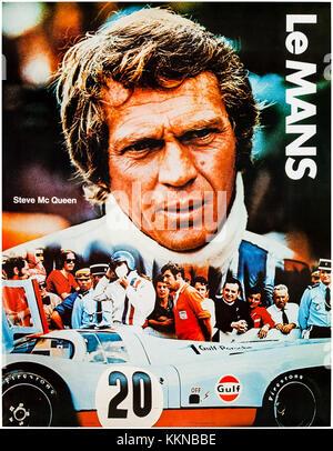 """Steve McQueen als Michael Delaney im Golf Team Porsche 917. Golf Promotional Poster tie-in mit dem Film """"Le Mans"""" - Stockfoto"""
