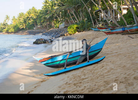 Angeln mit traditionellen Ausleger Kanus, Mirissa, Sri Lanka, Asien - Stockfoto