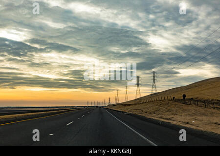 Stromleitungen und elektrischen Türme. Zentral-Kalifornien, USA ...