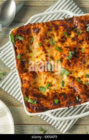 Herzhafte hausgemachte italienische Rindfleisch Lasagne mit Käse und Sauce - Stockfoto