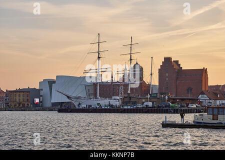 Sonnenuntergang mit ozeaneum und Segelschiff Gorch Fock i im Hafen von Stralsund, Mecklenburg- Vorpommern, Deutschland Stockfoto