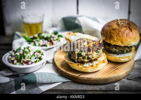 Gesunde hausgemachten Burger auf Holz- Hintergrund - Stockfoto