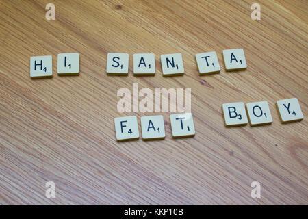1. Dezember 2017 Elfenbein Brettspiel Buchstaben sagen Hi Santa Fat Boy auf einer Eiche maser Hintergrund in Bangor - Stockfoto