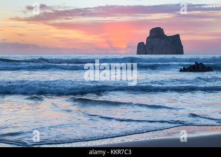 Sonnenuntergang am Strand von masua, vor dem Pan di Zucchero Reef. masua, sulcis - iglesiente, Iglesias, Sardinien, - Stockfoto