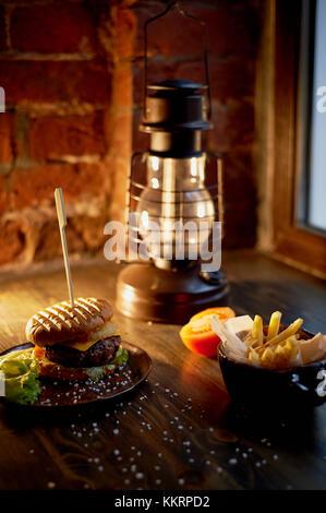 Holz oben auf ihre Pommes und Burger. Das Konzept der Pub und Fast Food - Stockfoto