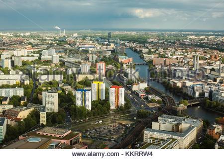Reisen nach Deutschland. Blick auf die Häuser und Straßen von Berlin mit der Vogelperspektive. bewölkten Himmel. - Stockfoto