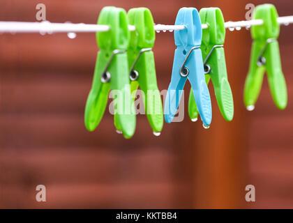 Konzeptionelle Bild eines regnerischen Tag seletcive konzentrieren sich auf eine blaue Nass Tropfen Regentropfen - Stockfoto