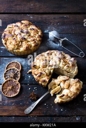 Süße hausgemachte Apple Pies auf Holz- Hintergrund, selektiver Fokus - Stockfoto