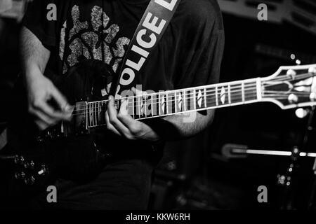Eine Person spielt Gitarre bei einem live Konzert - Stockfoto