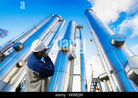Raffinerie Arbeiter vor den Türmen. - Stockfoto