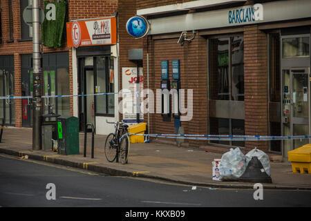 Peckham, London, UK. 2. Dez, 2017. Polizei Dichtung aus einem Bereich, der auf Peckham Rye Lane nach einem gewaltsamen - Stockfoto