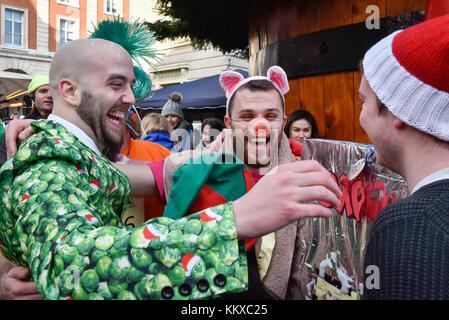 London, Großbritannien. 2. Dez, 2017. Die Teilnehmer beteiligen sich an der 37. grossen Plumpudding Rennen in Covent - Stockfoto