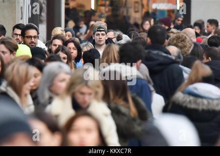 Die Oxford Street, London, UK. 2. Dez, 2017. das West End von London ist mit weihnachtskäufer gefüllt, mit drei - Stockfoto