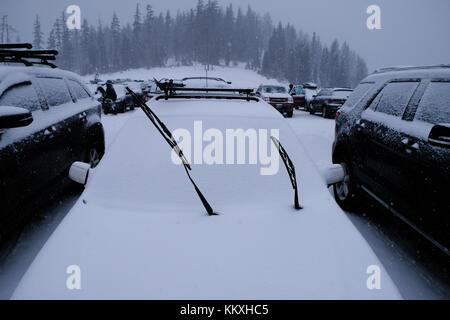 Mount Bachelor, Bend, Oregon, USA, 2. Dezember 2017. Starker Schneefall führte dazu, dass viele Skifahrer früh verlassen am Mount Bachelor Ski Resort.