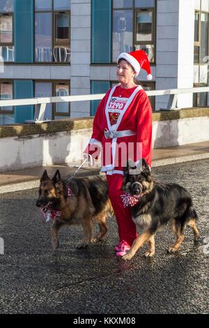 Liverpool, Merseyside, UK. 3. Dezember. 2017. Die 14 Liverpool Santa Dash zurück in die Innenstadt. Wieder einmal - Stockfoto