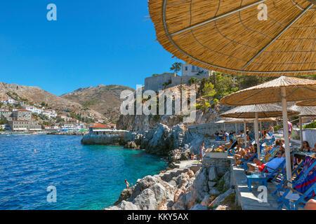 Bar am Meer und Badestrand nur außerhalb der Stadt Hydra, Hydra, Griechenland - Stockfoto
