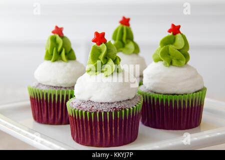 Weihnachten dekoriert Red velvet Cupcakes - Stockfoto