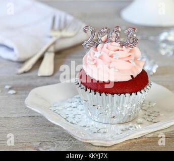Red velvet Cupcake mit 2018 eingerichtet, um das neue Jahr zu feiern. - Stockfoto
