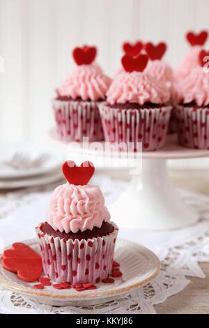 Red velvet Cupcakes für mit roten Herzen zum Valentinstag eingerichtet - Stockfoto
