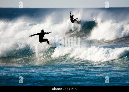 Zwei Surfer in Aktion auf den Wellen - Stockfoto