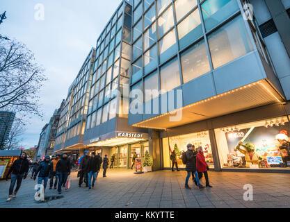 Karstadt an der berühmten Einkaufsstraße Kurfürstendamm in Berlin, Deutschland. - Stockfoto