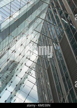 Eine schräge Perspektive der abstrakten geometrischen Mustern der modernen Architektur in Glas reflektiert.