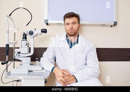 Professionelle Augenarzt posiert mit Spaltlampe - Stockfoto
