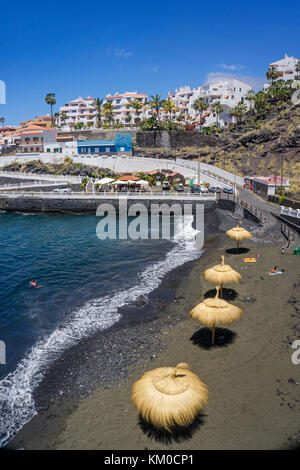 Piscina los Chocos, winzige dunkle Farbe Strand im Dorf Puerto de Santiago, an der Westküste der Insel Teneriffa, - Stockfoto