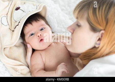 Glückliche Mutter und Baby Neugeborenen - Stockfoto