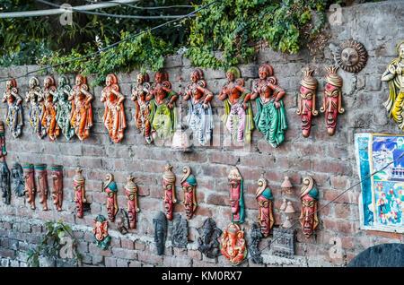 Keramische Figuren auf der Anzeige für den Verkauf als Souvenirs in Cordoba, einer Stadt im nordwestlichen Indien - Stockfoto