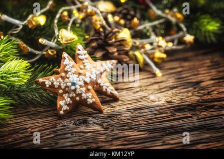 weihnachten sterne kuchen und dekoration auf eiche rustikal tisch stockfoto