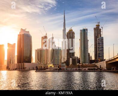 Blick auf die Skyline von Dubai Downtown bei Sonnenuntergang - Stockfoto