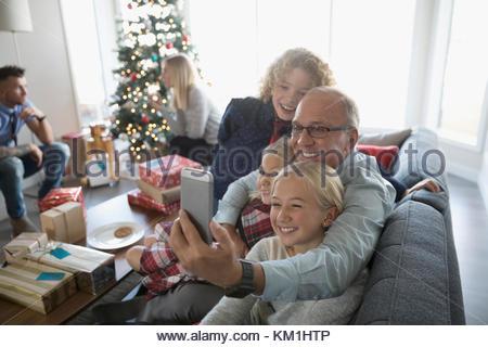 Großvater und Enkel unter selfie mit Kamera Handy in Weihnachten Wohnzimmer - Stockfoto