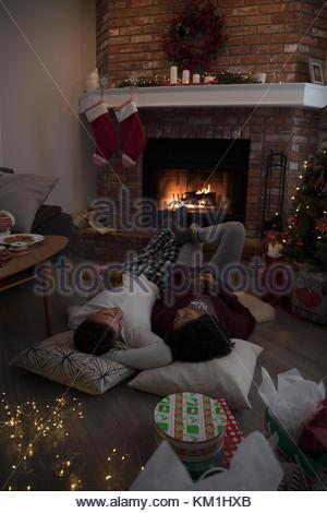 weihnachtsbaum und strumpf kamin stockfoto bild 60554124. Black Bedroom Furniture Sets. Home Design Ideas