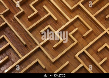Von braun Holz Labyrinth Labyrinth enger, Spielzeug puzzle Spiel, erhöhten Hohe Betrachtungswinkel - Stockfoto