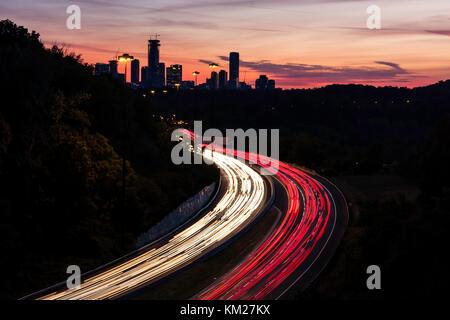Autos streifen Richtung Downtown Toronto entlang der Don Valley Parkway in der Nacht in Ontario, Kanada. - Stockfoto