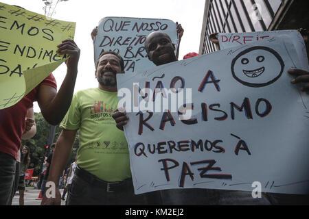 Sao Paulo, Brasilien. 3 Dez, 2017. Hunderte Einwanderer aus verschiedenen Ländern halten Sie Banner und Fahnen mit - Stockfoto