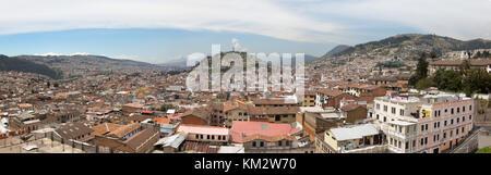 Quito Ecuador panorama Zentrierung auf die Jungfrau von Quito Statue auf Panecillo Hill, Quito, Ecuador Südamerika - Stockfoto